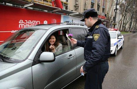 Сотрудники патрульной полиции Тбилиси поздравляют женщин-водителей с Международным женским днем 8 марта.